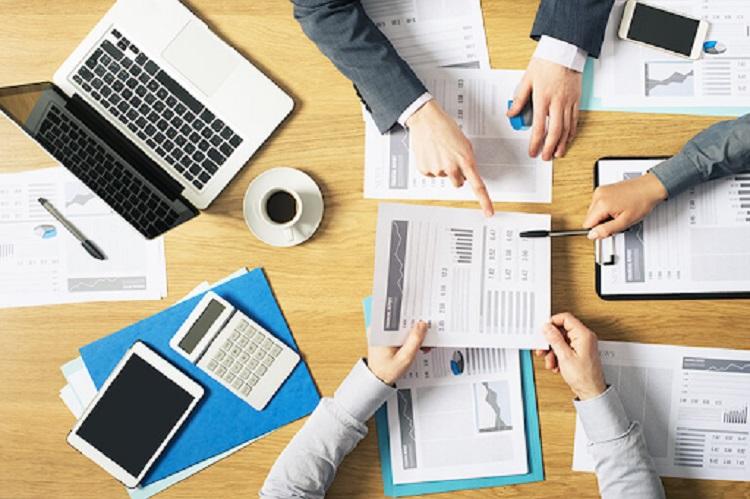 Kế toán thuế tiến hành thu thập, xử lý, lưu trữ hóa đơn hàng ngày cho doanh nghiệp.